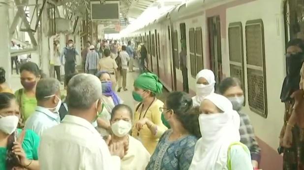 Photos: मुंबई में रेलवे स्टेशन पर ट्रेन नहीं, बिजली आने का इंतजार कर रहे यात्री
