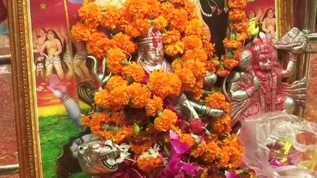 Photos: देश भर में नवरात्रि की धूम, मंदिरों के बाहर लगा भक्तों का तांता