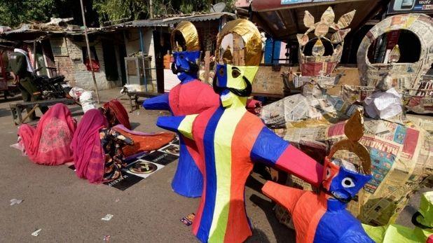 Photos: दशहरा से पहले सड़कों पर उतरा रावण, बाजारों में लौटी रौनक