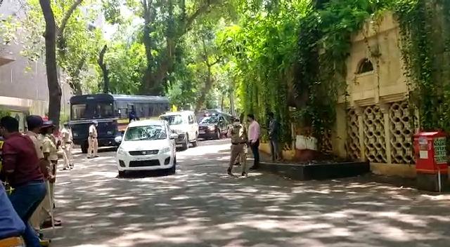 Cm Udhav Thakrey Reached At Dilip Kumar House Poster